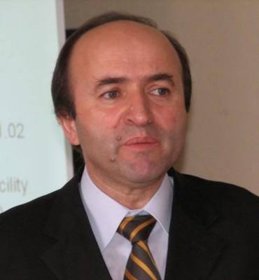 """Candidatii la functia de rector al Universitatii """"Al.I. Cuza"""" raspund intrebarilor """"Suplimentului"""""""