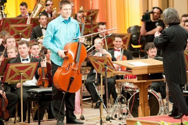 Un tinar violoncelist reprezinta Romania la Eurovision Young Musicians