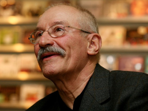 Victor Rebengiuc citeste din <i>Noptile Patriarhului</i> la Libraria Dalles din Bucuresti