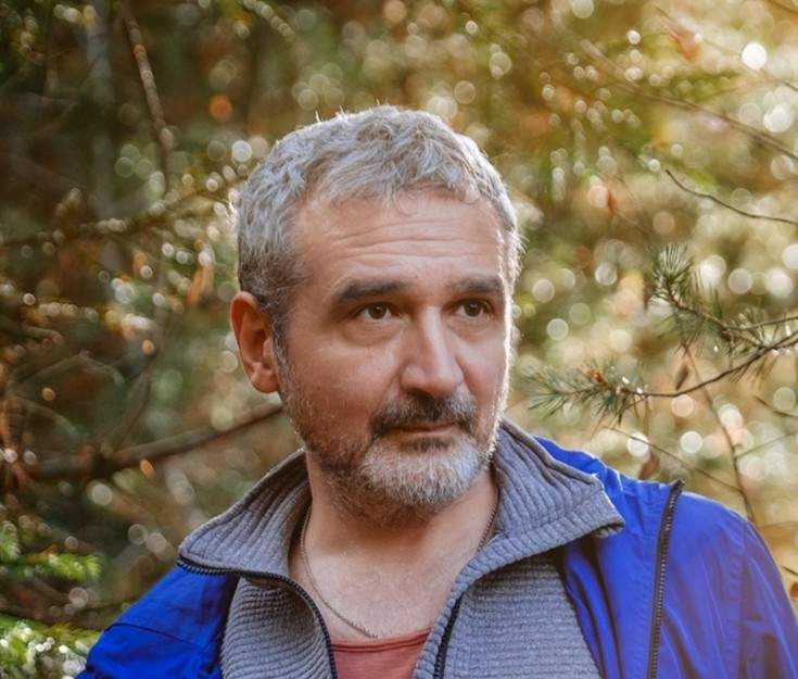 """Interviu cu scriitorul Sebastian Lăzăroiu – """"Distopia face parte aici dintr-o strategie a naratorului de a-și salva viața"""""""