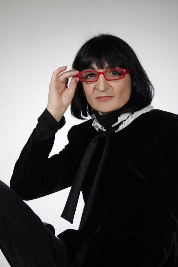 """Interviu cu scriitoarea Dora Pavel: """"Scriam, înaintam ca legată la ochi, neștiind cât mai am de mers sau dacă n-o să cad în gol"""""""