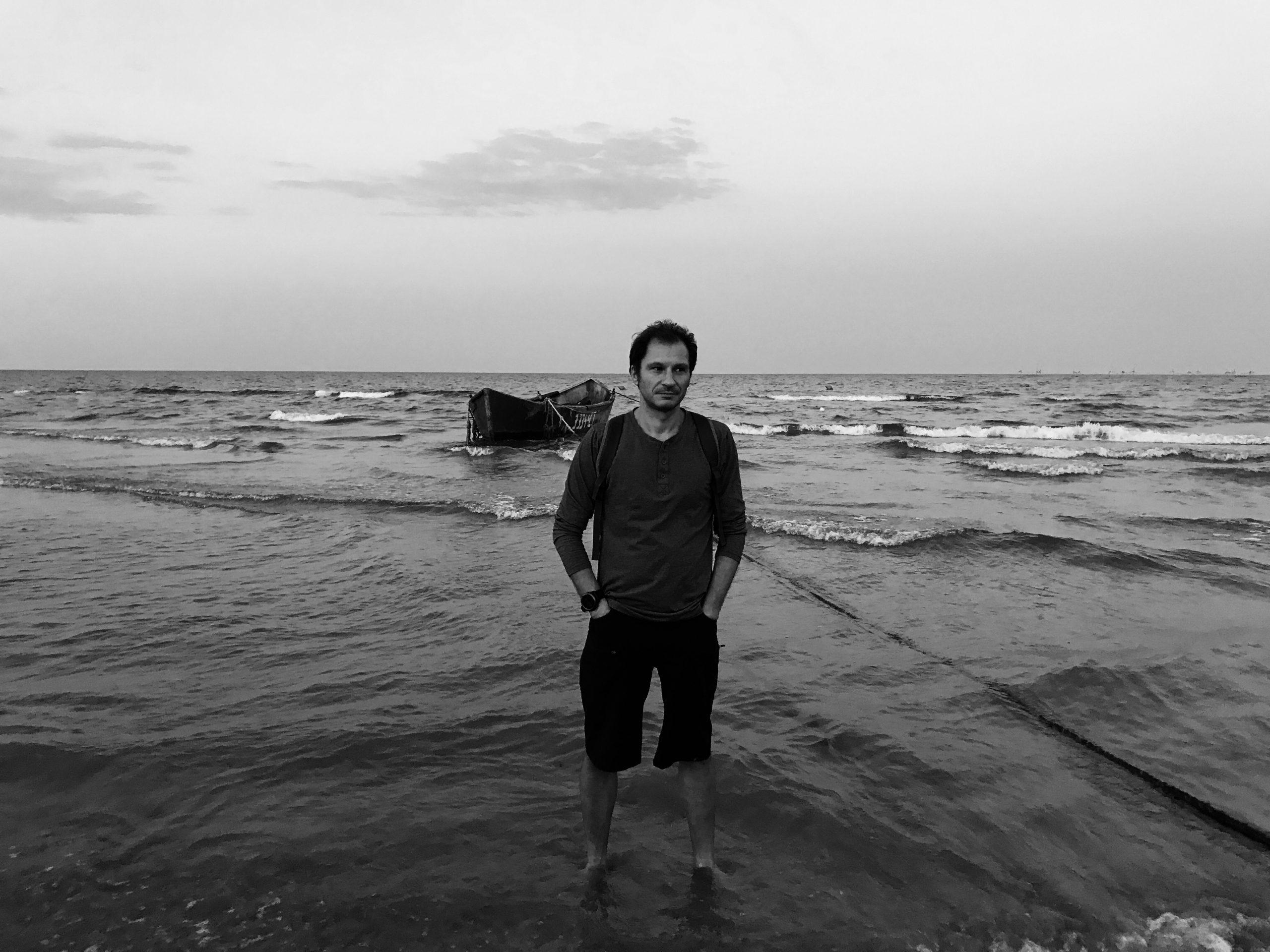 """Interviu cu scriitorul și criticul literar Bogdan Crețu: """"Pentru mine, literatura este inseparabilă de prietenie"""""""